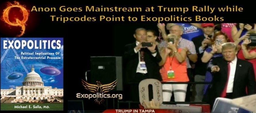 QAnon se při Trumpově politickém mítinku šířil hlavním proudem médií: tripkódy upozorňují veřejnost na exopolitické knihy